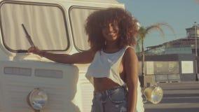 Aire libre de la mujer joven del negro de la raza mixta, luz de la puesta del sol del verano, zona de la playa de Barcelona almacen de metraje de vídeo