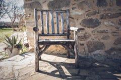Aire libre de madera rústico vacío de la silla en el rancho meridional en un día soleado fotografía de archivo libre de regalías