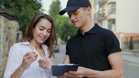 Aire libre del cliente de Delivering Box To del mensajero de la entrega almacen de metraje de vídeo