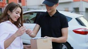 Aire libre del cliente de Delivering Package To del mensajero almacen de video