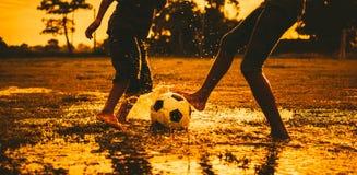 Aire libre del deporte de la acción de un grupo de niños que se divierten que juega al fútbol del fútbol para el ejercicio en zon imagen de archivo libre de regalías
