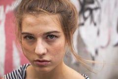 Aire libre del retrato de la chica joven con los ojos expresivos Imagenes de archivo