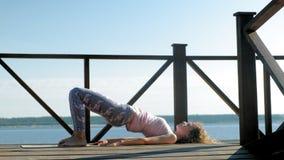 Aire libre practicante de la yoga de la mujer joven en verano Forma de vida sana almacen de video