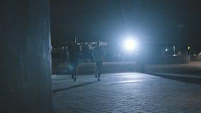 Aire libre que activa de los pares en la noche en ciudad almacen de video