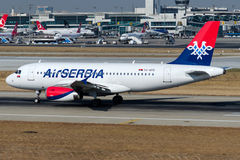 Aire Serbia, Airbus A319-132 de YU-APD Imagen de archivo