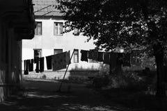 Aired waschend auf dem Hintergrund des armseligen Hauses lizenzfreie stockfotos