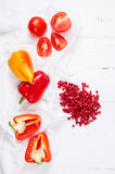 Airela, tomates e pimento frescos em uma tabela de madeira branca Vista superior Imagens de Stock