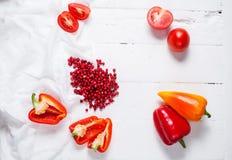 Airela, tomates e pimento frescos em uma tabela de madeira branca Vista superior Foto de Stock Royalty Free