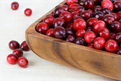Airelas frescas, saudáveis em uma bacia de madeira. Imagem de Stock Royalty Free