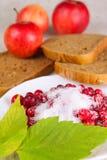 Airelle rouge arrosée avec du sucre contre des pommes Photo libre de droits