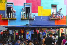 airesargentina buenos - April14, 2015: Gata av restauranger i La Boca royaltyfria foton