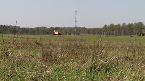 airfield Vue des tours jaunes d'avion sur la piste clips vidéos