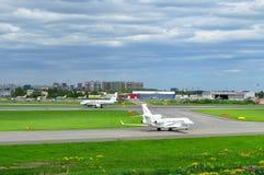 Airfix航空航空公司达萨尔猎鹰7X和Rossiya航空公司空中客车A319-112航空器在普尔科沃国际机场在Sai 图库摄影