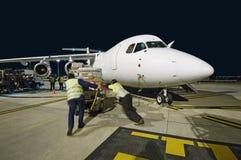 Airfreight päfyllning på BAE-146 på natten. Royaltyfri Foto