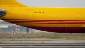 Airfreighter Airbusses A300 Mit einem Taxi fahren stock video