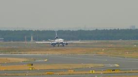 Airfreighter que trava após a aterrissagem video estoque