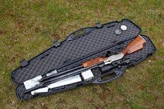 Airgun de la caza en una cáscara Imagen de archivo