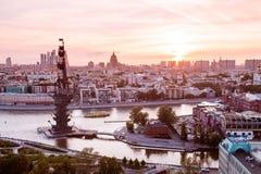 Airial sikt för solnedgång av Moskva med den Moskva floden och monumentet till Peter den stora förgrunden Royaltyfri Bild
