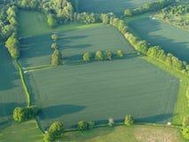 Airiel-Ansicht von Feldern mit Bäumen und langen Schatten stockfotos