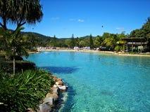 airlie热带海滩的池 免版税库存照片
