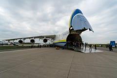 Airlifter estratégico Antonov An-225 Mriya por Antonov Airlines en el campo de aviación Imagen de archivo