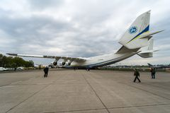 Airlifter estratégico Antonov An-225 Mriya por Antonov Airlines en el campo de aviación Fotografía de archivo