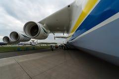 Airlifter estratégico Antonov An-225 Mriya por Antonov Airlines en el campo de aviación Foto de archivo libre de regalías