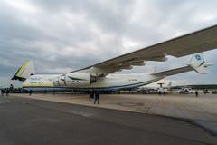 Airlifter estratégico Antonov An-225 Mriya por Antonov Airlines en el campo de aviación Fotos de archivo