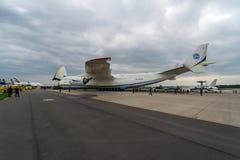 Airlifter estratégico Antonov An-225 Mriya por Antonov Airlines en el campo de aviación Imagen de archivo libre de regalías