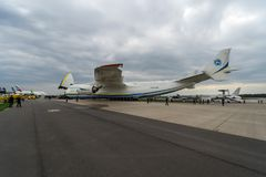 Airlifter estratégico Antonov An-225 Mriya por Antonov Airlines no aeródromo Imagem de Stock Royalty Free