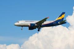 Airlinesout för flygbuss A319-111 VP-BNJ) Donavia av molnen Arkivfoton