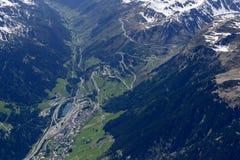Airolo e o gancho de cabelo gerenciem sobre a estrada da passagem de Gottardo, Suíça Foto de Stock