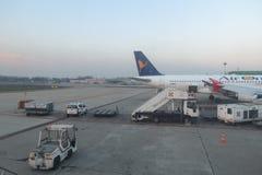 AirOne Airbus A320 parqueado en Milan Linate Imagen de archivo