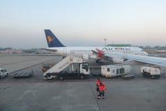 AirOne flygbuss A320 som parkeras i Milan Linate Arkivfoto