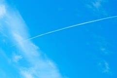 Airoplane em um céu azul nebuloso Fotografia de Stock