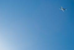 Airoplane toglie su cielo blu drammatico Immagine Stock