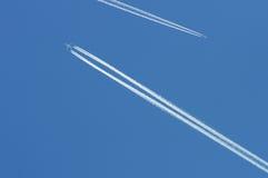 Airoplanes no céu azul Fotografia de Stock Royalty Free