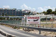 Airoport tecken på staketet för prinsessa Juliana International Airport Arkivfoto