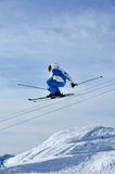 Airoski: esquiador em azul e em branco Foto de Stock