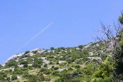 Airplaine nad górą Zdjęcia Stock