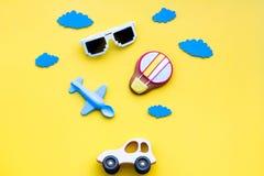 Airplan, автомобиль и воздушный шар забавляются для семьи путешествуя с ребенком на желтом модель-макете взгляд сверху предпосылк Стоковые Изображения RF