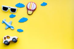 Airplan, автомобиль и воздушный шар забавляются для семьи путешествуя с ребенком на желтом модель-макете взгляд сверху предпосылк Стоковые Фото