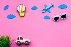 Airplan, автомобиль и воздушный шар забавляются для семьи путешествуя с ребенком на розовом модель-макете взгляд сверху предпосыл Стоковые Изображения RF