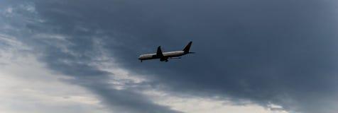 Airplan che va giù immagine stock libera da diritti