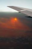 Airplan en nuages fumés de cendre. Éruption de Volkano. Image stock