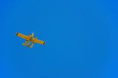 Airplan no céu Fotos de Stock Royalty Free