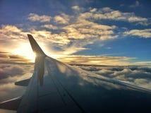 Airplan op de hemel Stock Afbeeldingen