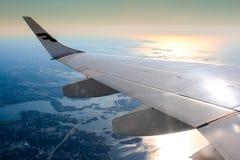 Airplan på himmelsiktssolnedgång Fotografering för Bildbyråer