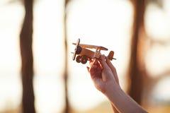 Airplan pequeno nas mãos novas Dia ensolarado Tempo da família em uma caminhada na floresta do verão Foto de Stock
