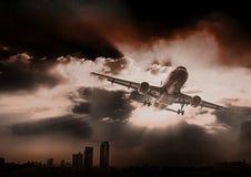 Airplandstart bij zonsondergangavond Bedrijfsluchtvaartlijnconcept, RT Royalty-vrije Stock Afbeeldingen